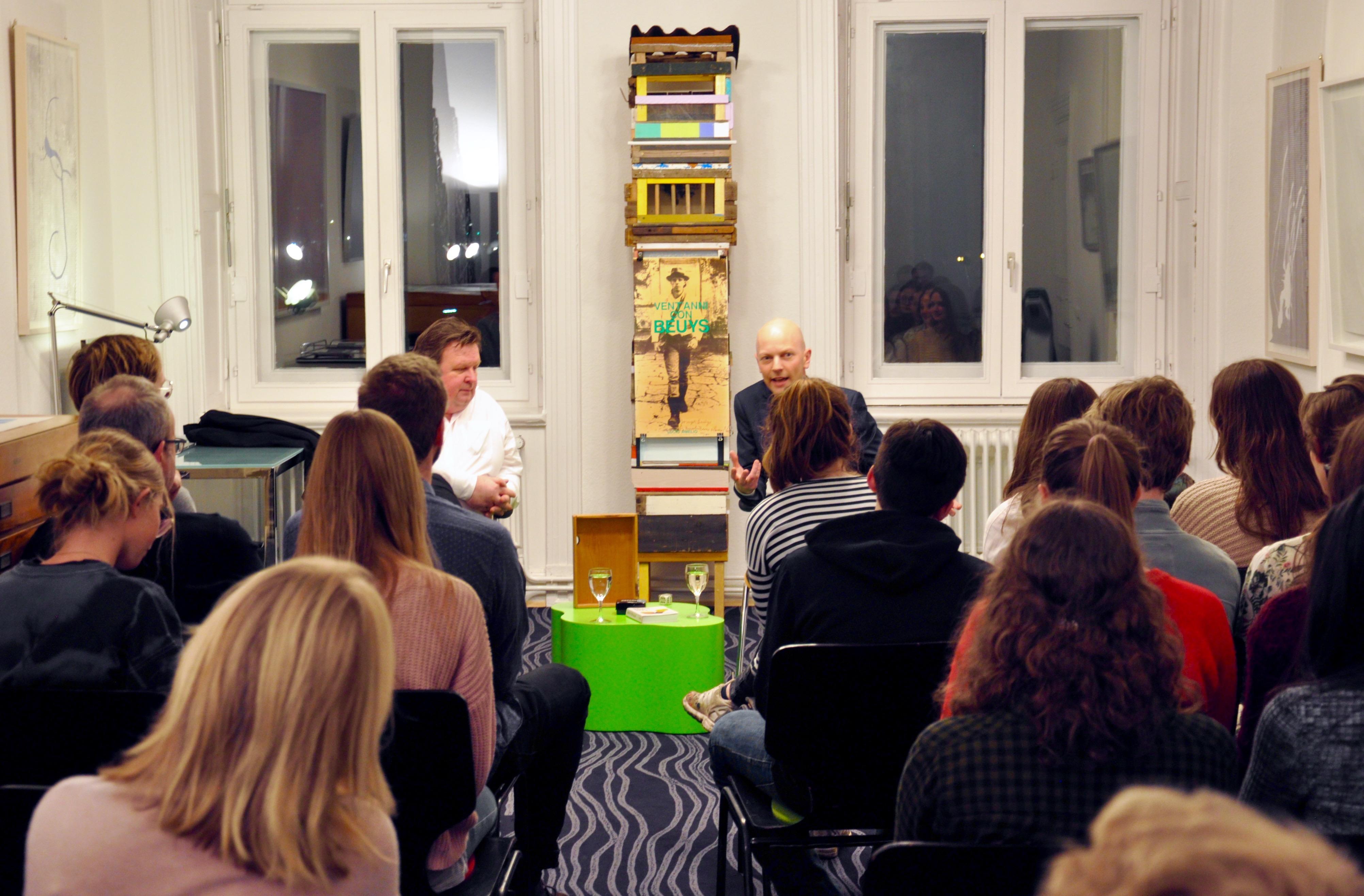 Das Kunstprofil des Gymnasium Eppendorf, Hamburg besucht ein Kunstgespräch zwischen Rene S. Spiegelberger und Siegfried Sander, Galerist.