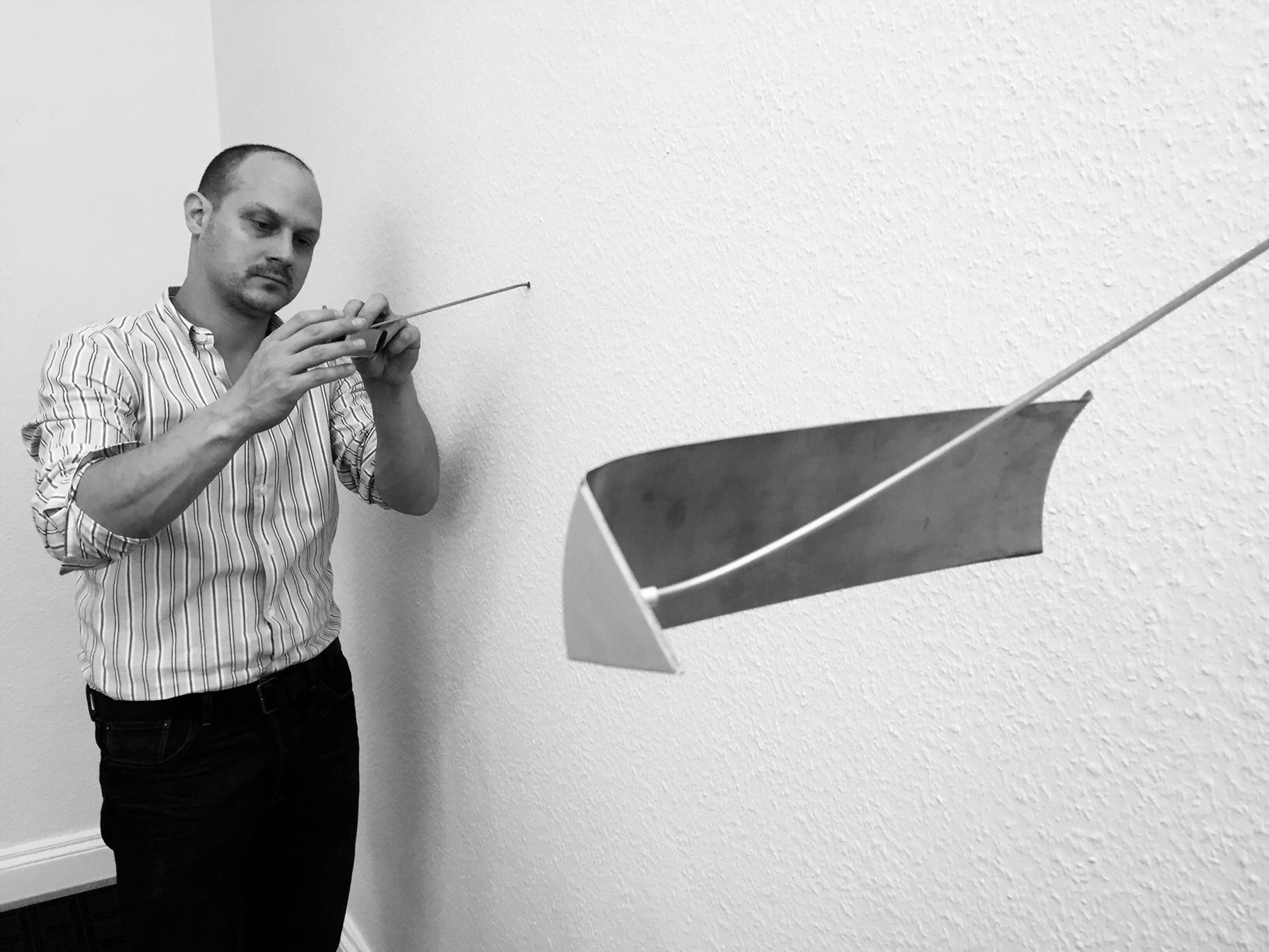 Tobias Hantmann bei der Installation von 'Mere Light Reflecting Segment'