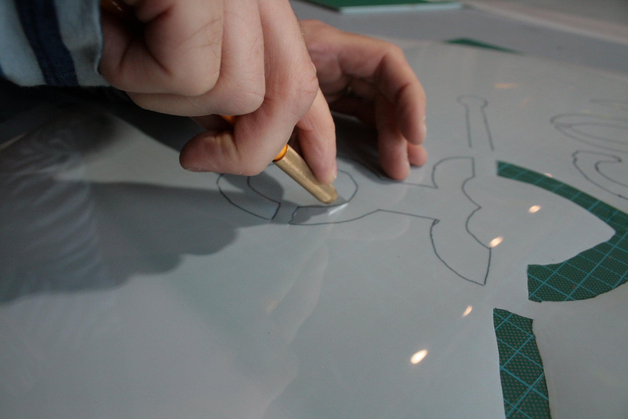 Als nächstes schneidet ihr mit dem Cuttermesser alle schwarzen Flächen aus.