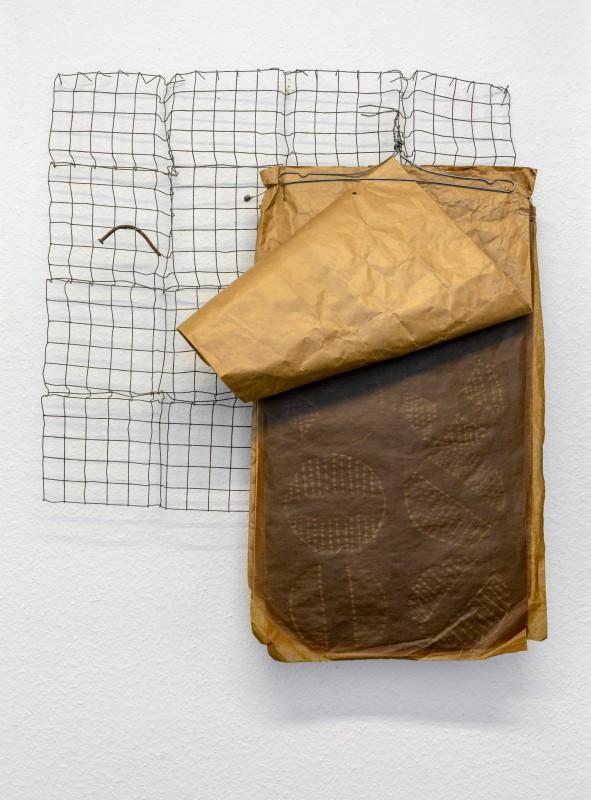 "Herbert Zangs, ""Antibuch"", 1973, Drahtgitter, Papiertüte, Draht und Nagel, 118 × 120 × 18 cm"